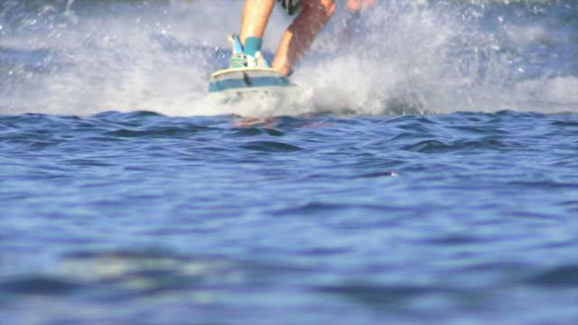 hd wakeboarders スローモーションで湖 - ウェイクボーディング点の映像素材/bロール