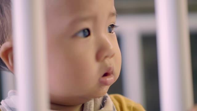 赤ちゃん光景 - 見つめる点の映像素材/bロール