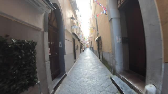 vídeos y material grabado en eventos de stock de pov of waking while traveling on narrow alley streets in the village of sorrento, italy, europe. - cámara en mano
