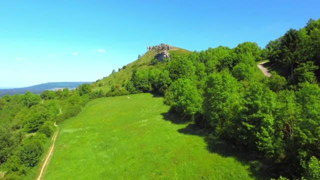 stockvideo's en b-roll-footage met walberla piek op ehrenbuerg butte in de frankische jura - jura mesozoïcum