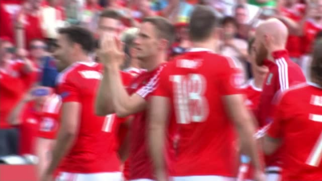 vídeos de stock, filmes e b-roll de wales beat northern ireland to reach last eight ext various of wales players including gareth bale celebrating on pitch following victory over... - país de gales
