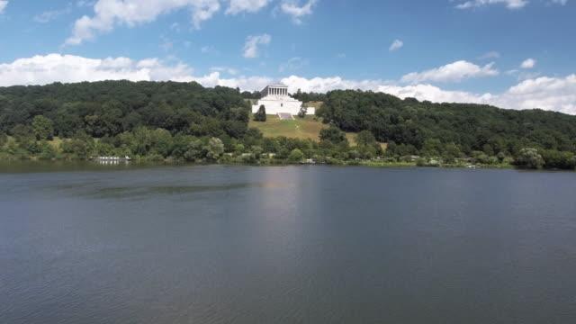 vidéos et rushes de walhalla memorial au-dessus de la rivière danube - style néoclassique