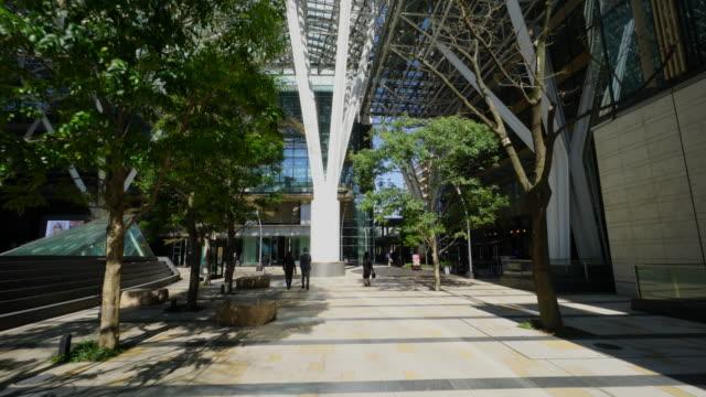 vídeos de stock, filmes e b-roll de waliking camera captures tokyo midtown facilities and architectures in roppongi district at akasaka, minato-ku tokyo. - ponto de vista de caminhada