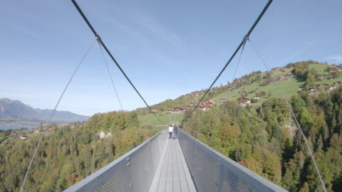 pov promenera längs metall hängbro, mot bortre sidan - hängbro bildbanksvideor och videomaterial från bakom kulisserna
