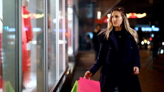 vídeos y material grabado en eventos de stock de paseo de compras de la ventana - escaparate de tienda