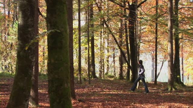 hd :森林ウォークイン - 若い女性だけ点の映像素材/bロール