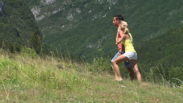 vidéos et rushes de hd : marcher sur une prairie - plan en travelling