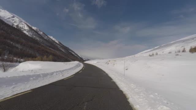 vídeos de stock e filmes b-roll de walk on a mountain road - neve profunda