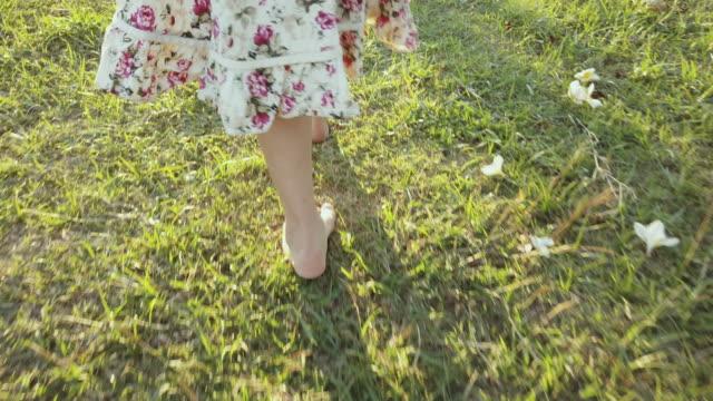 vídeos de stock, filmes e b-roll de caminhada na natureza - descalço