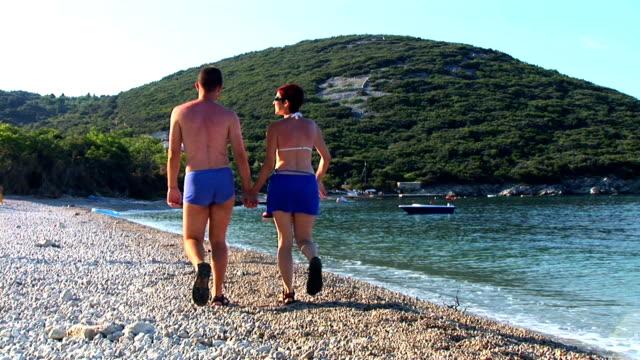 vídeos de stock, filmes e b-roll de hd: caminhada na praia - cres croácia
