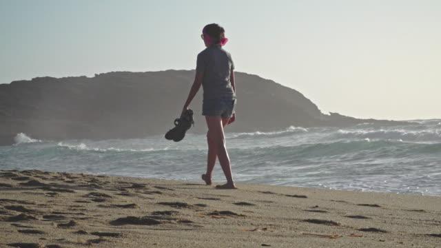 walk on the beach - sardinien stock-videos und b-roll-filmmaterial