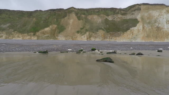 vidéos et rushes de pov of walk on the beach - cliff