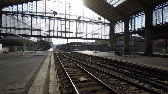 vidéos et rushes de walk on the platform of a train station - gare