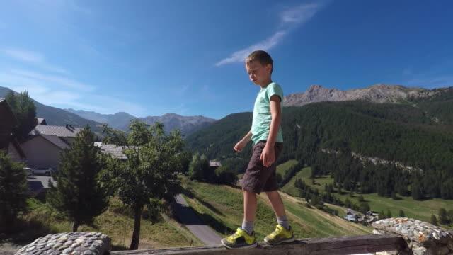 vidéos et rushes de walk on wooden beam - danger