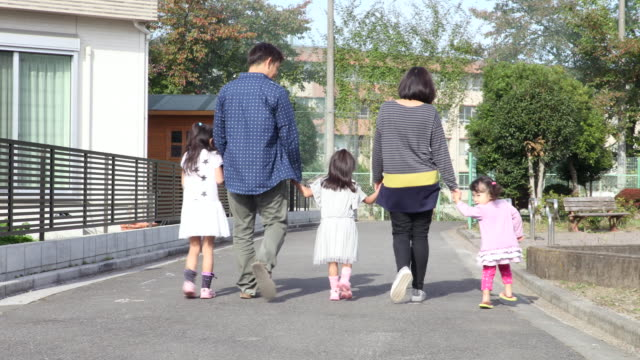 stockvideo's en b-roll-footage met walk to family - familie met drie kinderen
