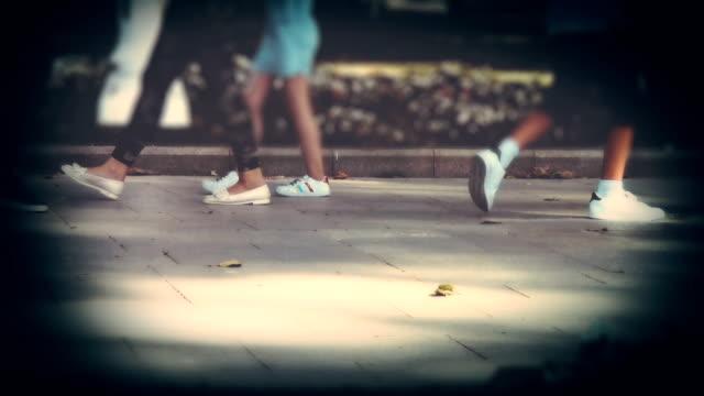 公園まで歩く - 歩道点の映像素材/bロール