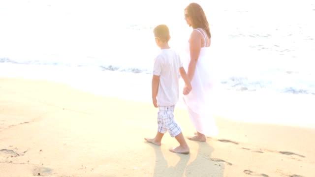 Spaziergang mit Mutter
