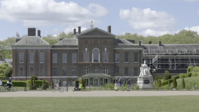 walkers and cyclists exercise in hyde park in front of kensington palace the official residence of the duke and duchess of cambridge on may 02 2020... - distant stock videos & royalty-free footage