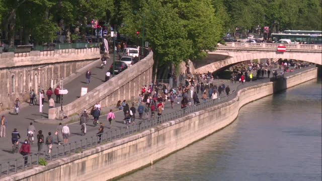 walkers, joggers, idlers - parisians are back on the seine riverbanks, which were closed for nearly two months, as france continues to tiptoe out of... - tiptoe stock videos & royalty-free footage