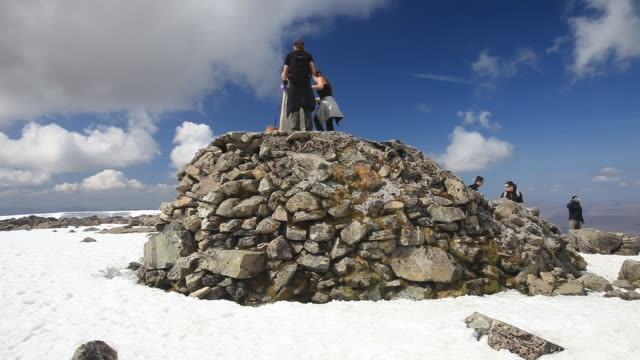 walkers on the summit ben nevis, the uk's highest mountain, scotland, uk. - scottish highlands stock videos & royalty-free footage