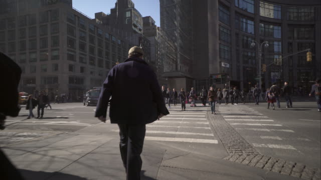 vídeos de stock, filmes e b-roll de walking across 8th avenue at columbus circle in new york city - stabilized shot