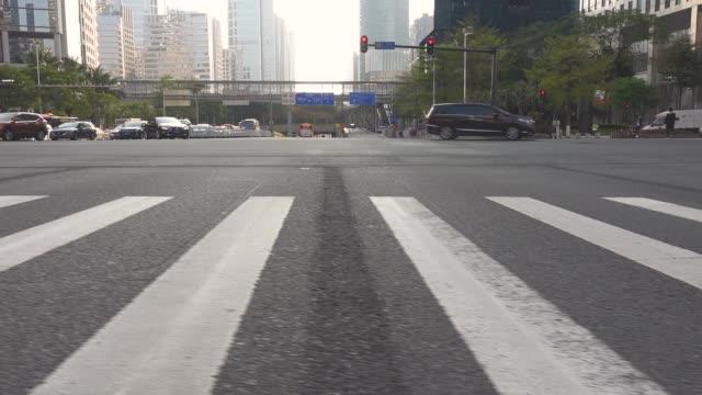 vídeos de stock, filmes e b-roll de passeio através do cruzamento da zebra na baixa - trilha passagem de pedestres