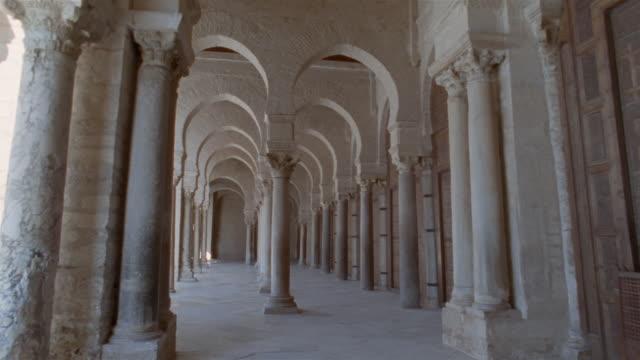 vídeos y material grabado en eventos de stock de td, pov walking along colonnade in mosque of uqba, kairuan, tunisia - pórtico