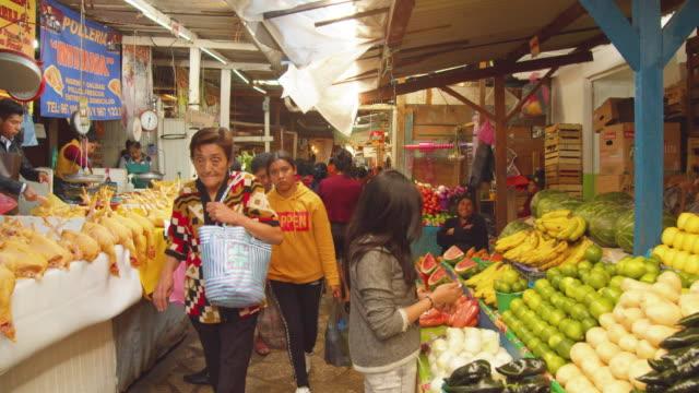 vídeos de stock e filmes b-roll de pov walking along crowded meat and vegetables market in downtown san cristobal de las casas, chiapas, mexico - chiapas