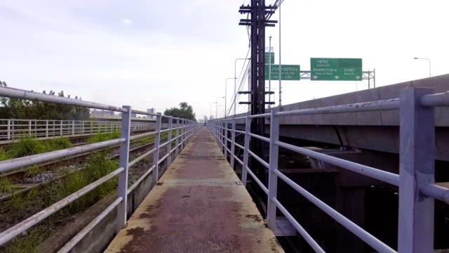 Caminando por el puente peatonal