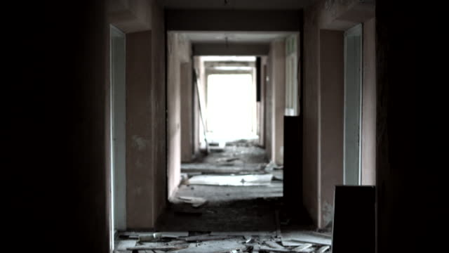Wandern entlang den dunklen Flur in den verlassenen und teilweise ruiniert Resort in der Nähe von Ivenets Stadt, Belarus, Osteuropa