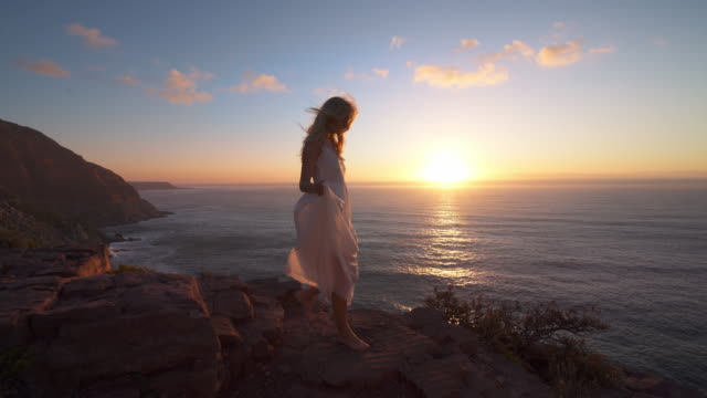 Wandelen langs de rotsen bij zonsondergang