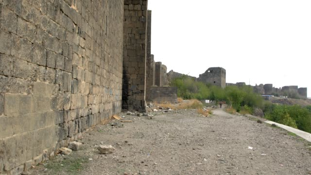 vídeos de stock e filmes b-roll de walking alongside of the diyarbakır fortress in diyarbakır, southeast turkey - muro circundante