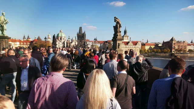 fuß unter den touristen der karlsbrücke in prag - prag stock-videos und b-roll-filmmaterial