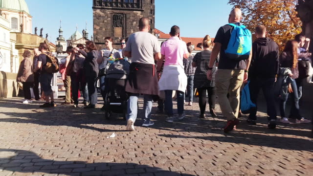 vídeos de stock, filmes e b-roll de walking among charles bridge tourists in prag - stare mesto
