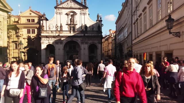 vidéos et rushes de walking among tourists in prag křižovnické náměstí - stare mesto
