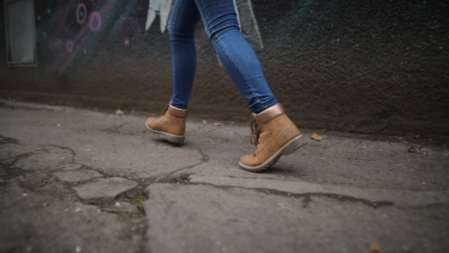 vídeos de stock e filmes b-roll de walking and running in city in yellow boots - passos
