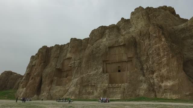 vídeos de stock e filmes b-roll de walking around naqsh-e rustam, iran - arqueologia