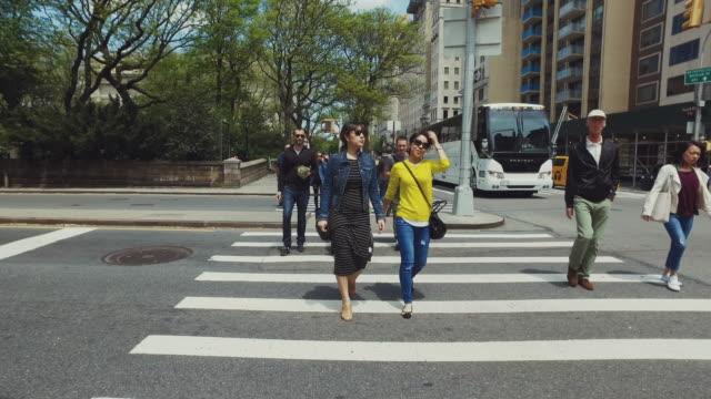 vídeos y material grabado en eventos de stock de pov pasos de alrededor de nueva york. cruzar una calle. - paso peatonal vías públicas
