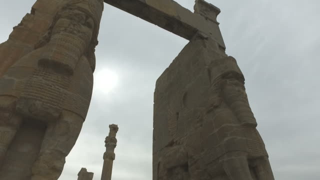 walking around persepolis, iran - persiana caratteristica architettonica video stock e b–roll