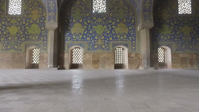 walking around the naghsh-e jahan mosque - mosque stock videos & royalty-free footage