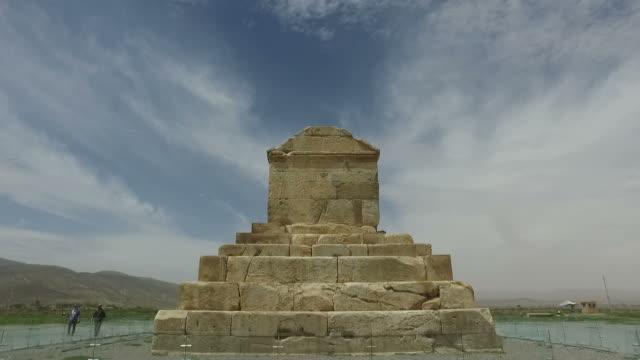 vídeos de stock e filmes b-roll de walking around tomb of cyrus, iran - arqueologia