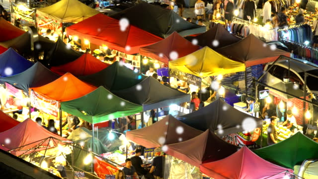 vídeos de stock, filmes e b-roll de andando no mercado nocturno - festival tradicional