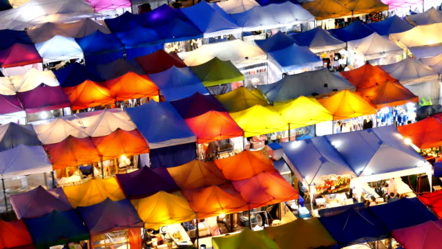 vídeos de stock e filmes b-roll de walking at night market - mercado noturno