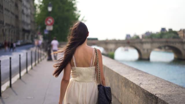 vidéos et rushes de marcher dans les rues de paris - élégance