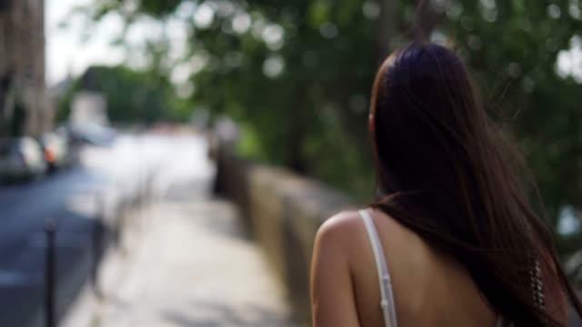 stockvideo's en b-roll-footage met wandelen in de straten van parijs - mooie mensen
