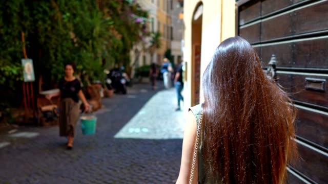vídeos y material grabado en eventos de stock de caminando en las calles de roma - italia
