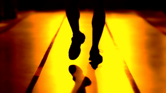 walking-athleten - menschlicher muskel stock-videos und b-roll-filmmaterial