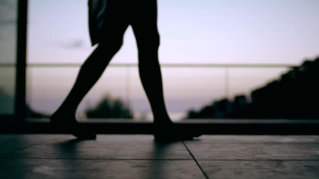 vídeos de stock e filmes b-roll de walking barefoot along the pool. sunrise - água parada