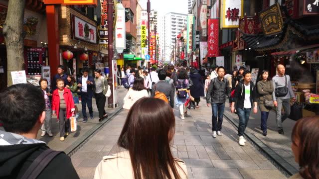 walking camera captures scene of chukagai odori yokohama china town in central yokohama kanagawa japan. - 中華街点の映像素材/bロール