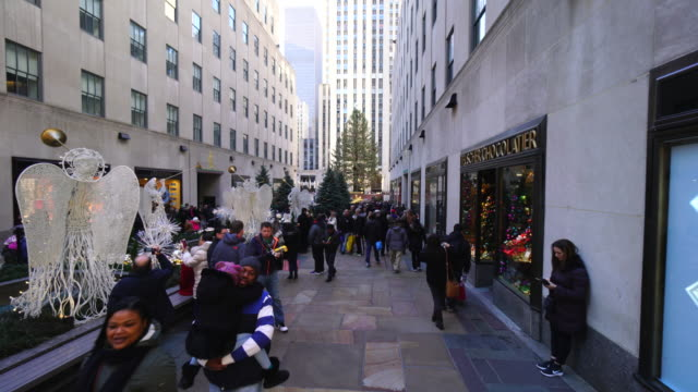 walking camera goes through the 5th avenue and captures the scenes of midtown manhattan 5th avenue and arrives to rockefeller center in winter holidays 2016. - rockefeller center video stock e b–roll